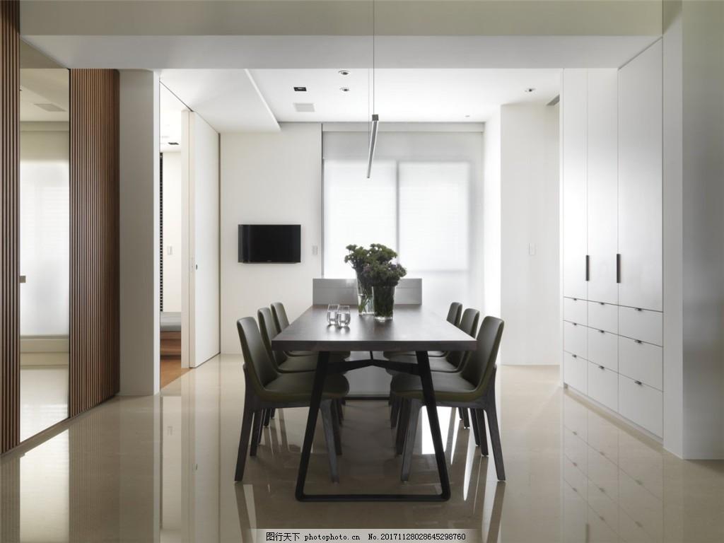 简约餐厅餐桌装修效果图 浅色木地板 白色柜子 白色吊顶 窗户