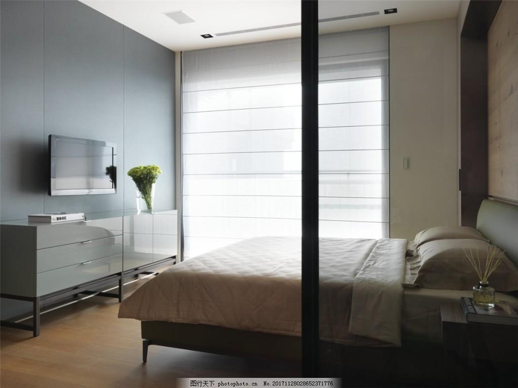 简约卧室玻璃隔断装修效果图 白色吊顶 落地窗 床铺 电视灰色背景墙