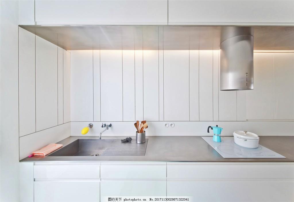 简约时尚白色系厨房白色橱柜装修效果图 白色吊柜 黄色灯光 油烟机